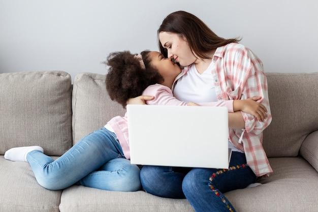 Aanbiddelijk jong meisje gelukkig om thuis met haar moeder te zijn