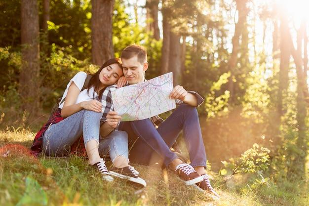 Aanbiddelijk jong paar dat in de aard ontspant