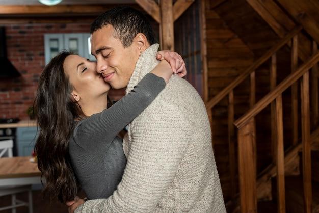Aanbiddelijk jong paar in liefde