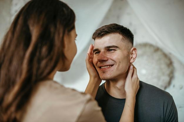 Aanbiddelijk jong paar verliefd Premium Foto