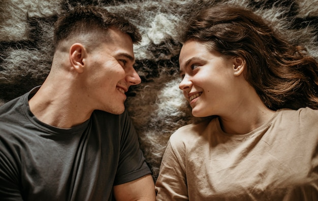 Aanbiddelijk jong paar verliefd
