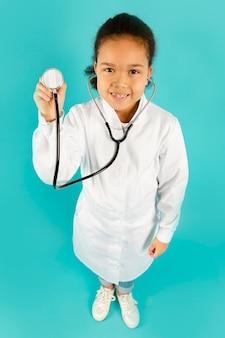 Aanbiddelijk jong volledig schot van de arts