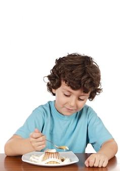 Aanbiddelijk kind dat a over witte achtergrond eet