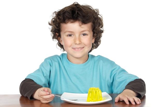Aanbiddelijk kind dat over witte achtergrond eet