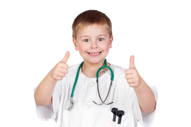 Aanbiddelijk kind met arts eenvormig spreuk ok geïsoleerd op wit
