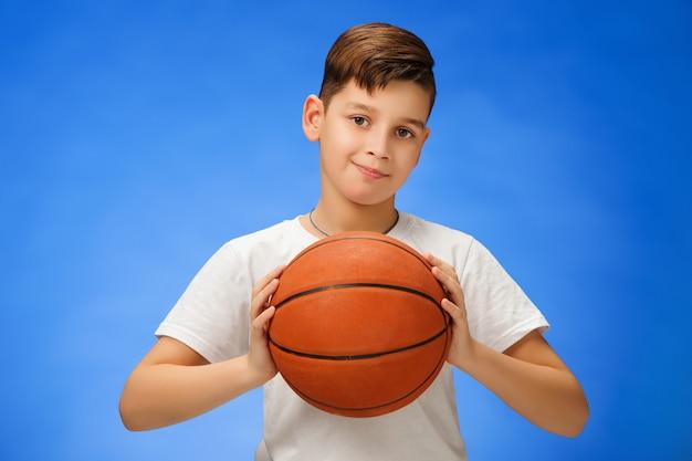 Aanbiddelijk kind met basketbalbal