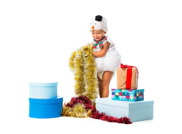 Aanbiddelijk kleedde kleine baby zich als een sneeuwman bij kerstmispartijen op geïsoleerde witte achtergrond