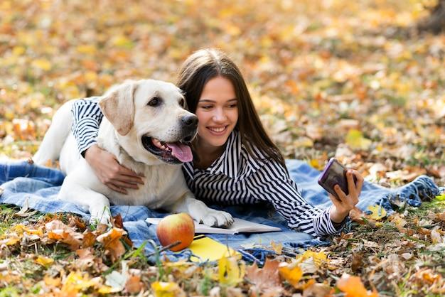 Aanbiddelijk labrador met jonge vrouw