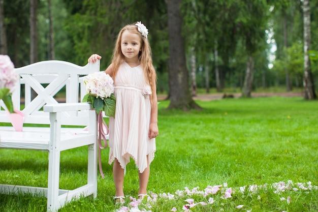 Aanbiddelijk meisje bij een huwelijksceremonie