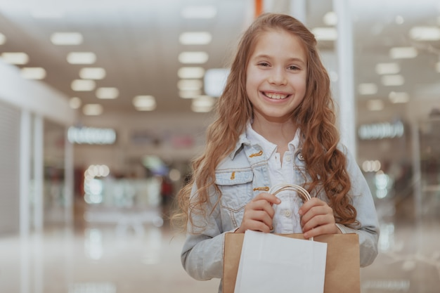 Aanbiddelijk meisje bij het winkelcomplex
