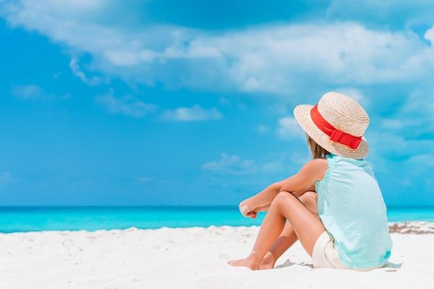 Aanbiddelijk meisje bij tropisch strand op vakantie