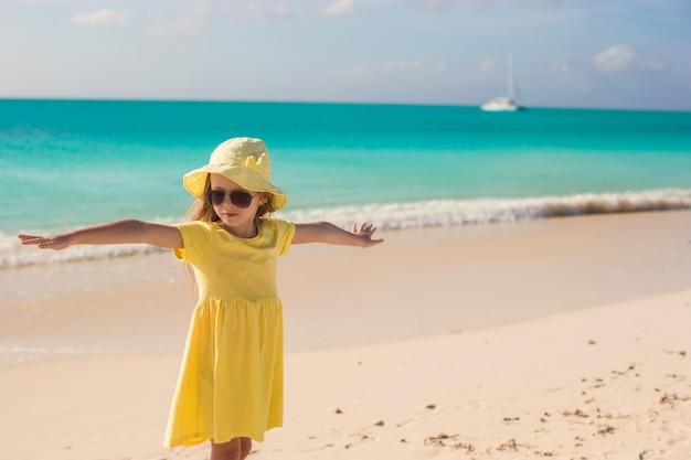 Aanbiddelijk meisje bij wit strand tijdens de zomervakantie