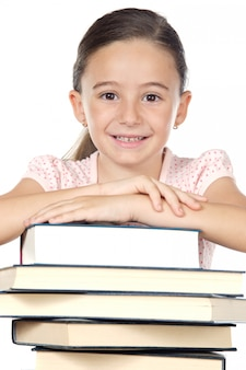 Aanbiddelijk meisje dat a over witte achtergrond bestudeert