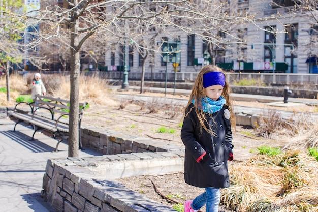 Aanbiddelijk meisje dat bij de stad van new york openlucht loopt