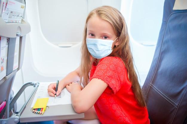 Aanbiddelijk meisje dat door een vliegtuig reist.