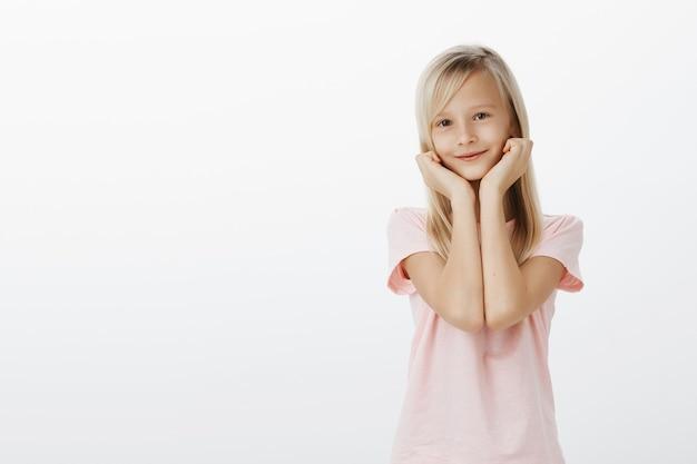 Aanbiddelijk meisje dat met bewondering en verrukking kijkt