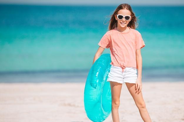 Aanbiddelijk meisje dat pret op het strand heeft