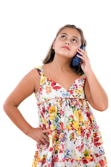 Aanbiddelijk meisje dat telefonisch op a over witte achtergrond spreekt