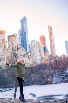 Aanbiddelijk meisje in central park bij de stad van new york