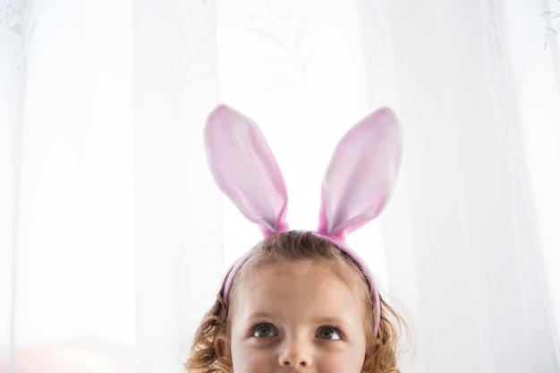 Aanbiddelijk meisje in decoratieve konijntjeseter