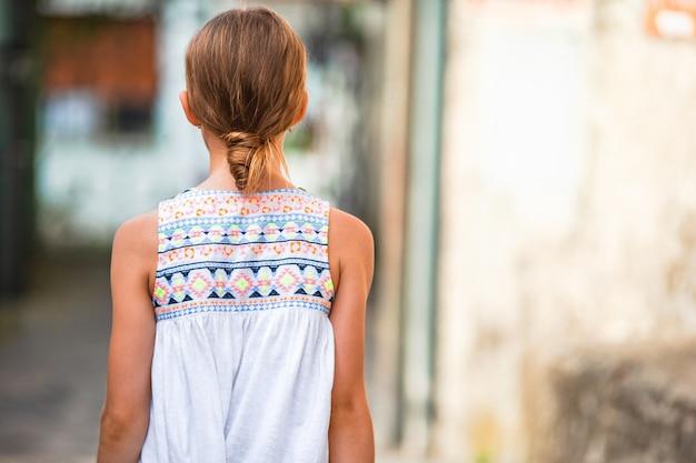 Aanbiddelijk meisje in europese stad in openlucht