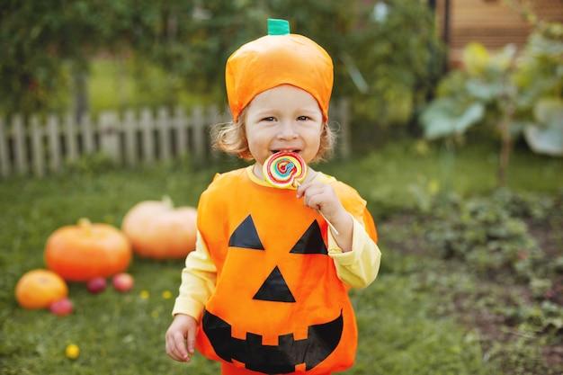 Aanbiddelijk meisje in kleding met halloween-thema