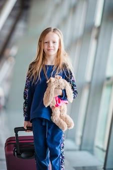 Aanbiddelijk meisje in luchthaven binnen vóór het inschepen