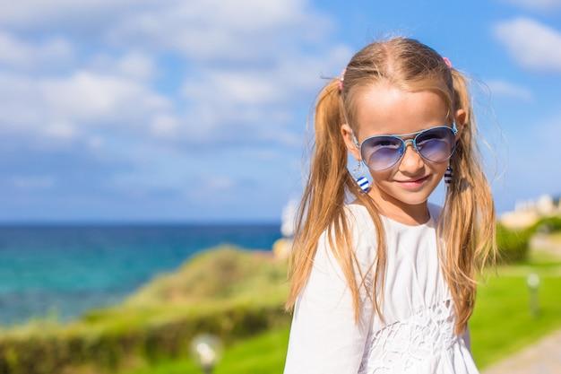 Aanbiddelijk meisje in openlucht tijdens de zomervakantie