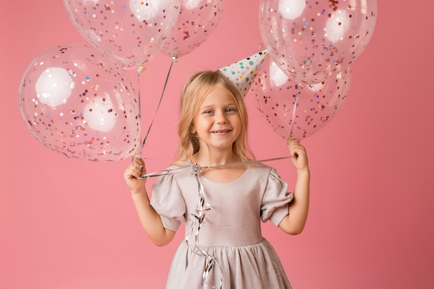 Aanbiddelijk meisje met ballons in kostuum