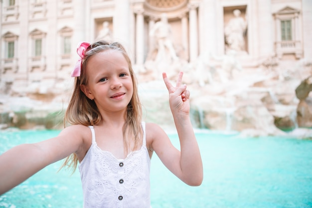 Aanbiddelijk meisje op trevi-fontein, rome, italië.