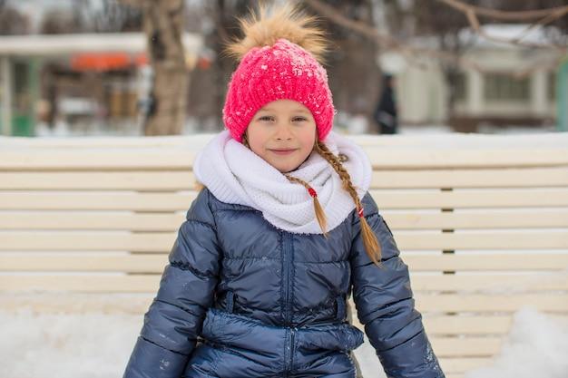 Aanbiddelijk meisje openlucht in het park op de winterdag