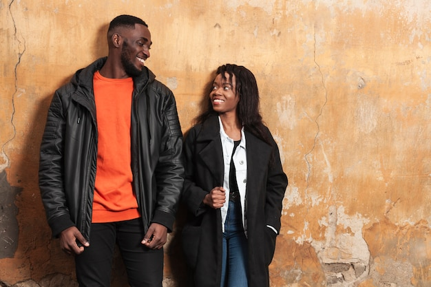 Aanbiddelijk paar dat bij elkaar glimlacht