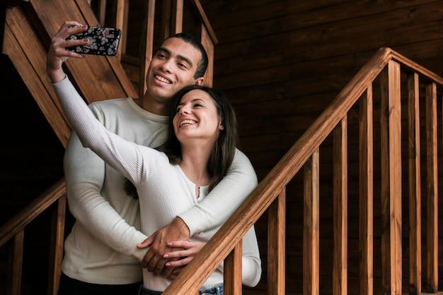 Aanbiddelijk paar dat een selfie neemt