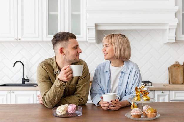 Aanbiddelijk paar dat thuis tijd samen doorbrengt