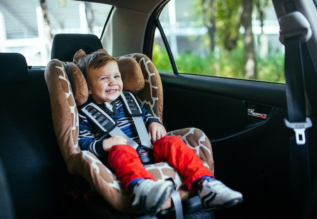 Aanbiddelijke babyjongen in veiligheidsautozetel.