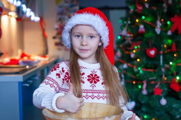 Aanbiddelijke de peperkoekkoekjes van het meisjebaksel voor kerstmis