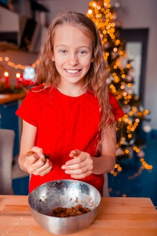 Aanbiddelijke de peperkoekkoekjes van kerstmis van het meisjebaksel