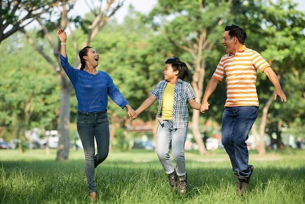 Aanbiddelijke familie die pret heeft bij park