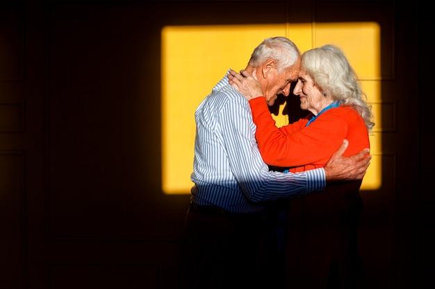Aanbiddelijke hogere man en vrouw in liefde