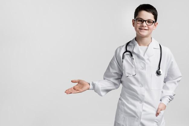 Aanbiddelijke jonge arts met exemplaarruimte