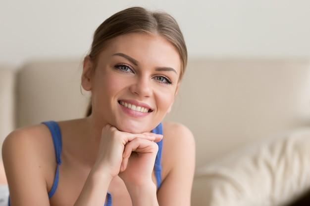 Aanbiddelijke jonge dame die tevreden en gelukkig voelt