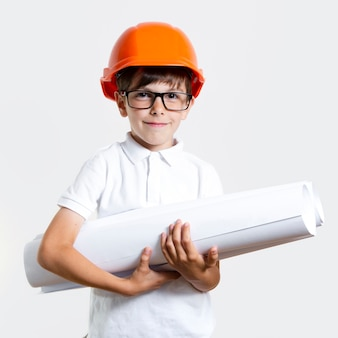 Aanbiddelijke jonge jongen met glazen en helm
