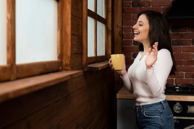 Aanbiddelijke jonge vrouw lachend