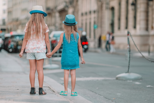 Aanbiddelijke maniermeisjes in openlucht in europese stad