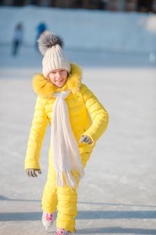 Aanbiddelijke meisje gaande vleet in de dag van de de wintersneeuw in openlucht