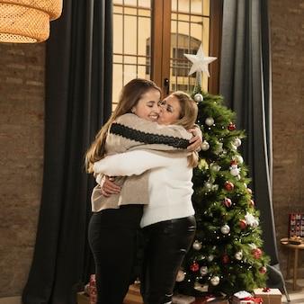 Aanbiddelijke moeder en dochter knuffelen