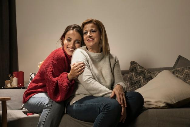 Aanbiddelijke moeder en dochter samen