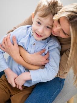 Aanbiddelijke moeder en zoon knuffelen