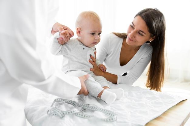 Aanbiddelijke pasgeboren baby bij arts