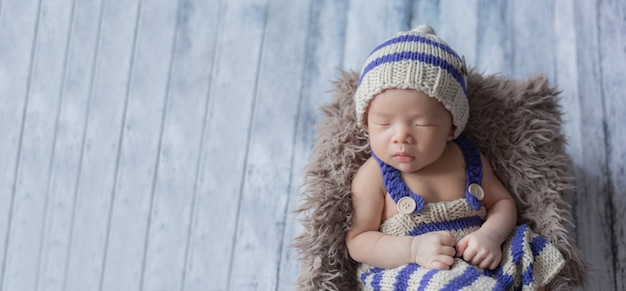 Aanbiddelijke pasgeboren babyslaap in comfortabele ruimte.